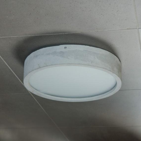 sufitowa lampa z betonu